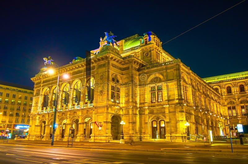 La iluminación de la noche de la ópera de Viena, Austria fotografía de archivo libre de regalías