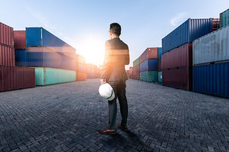 La imagen abstracta del ingeniero que se coloca en la yarda del envase durante salida del sol el concepto de ingenier?a, env?o, a foto de archivo