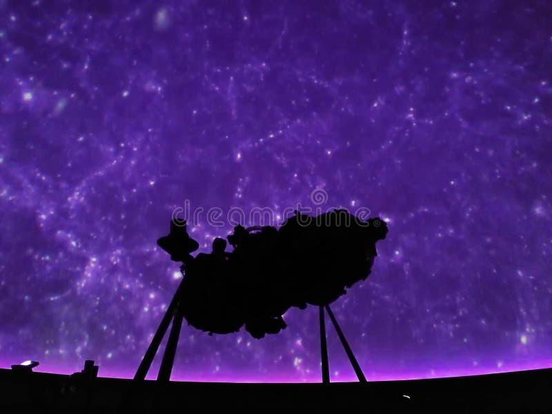 La imagen brillante de muchos estrella en el cielo proyectó en la luz púrpura s imágenes de archivo libres de regalías