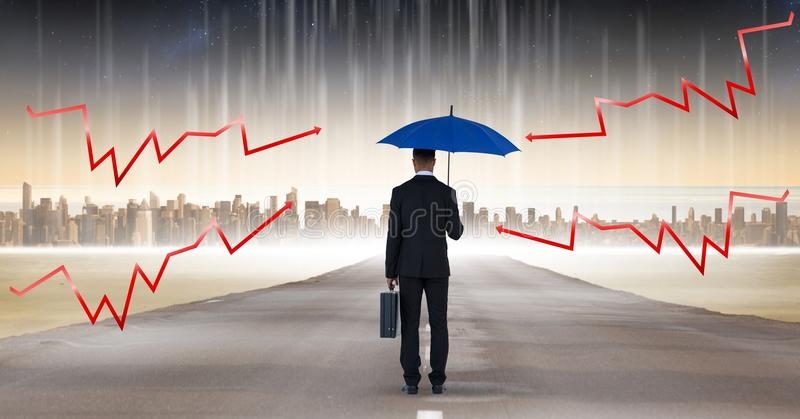 La imagen compuesta de Digitaces de las flechas del relámpago en el paraguas azul se sostuvo por el hombre de negocios con la car fotos de archivo libres de regalías
