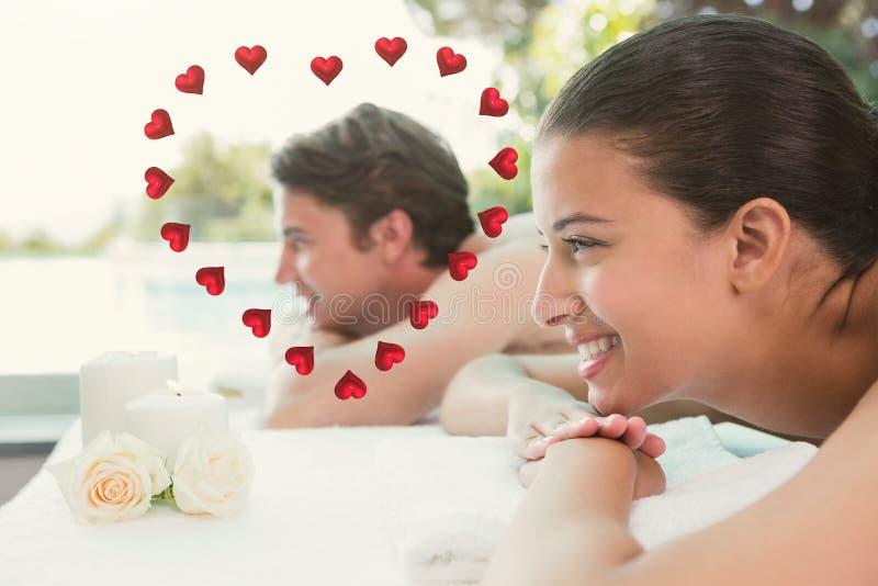 La imagen compuesta de los pares que mienten en la tabla del masaje en el balneario se centra ilustración del vector