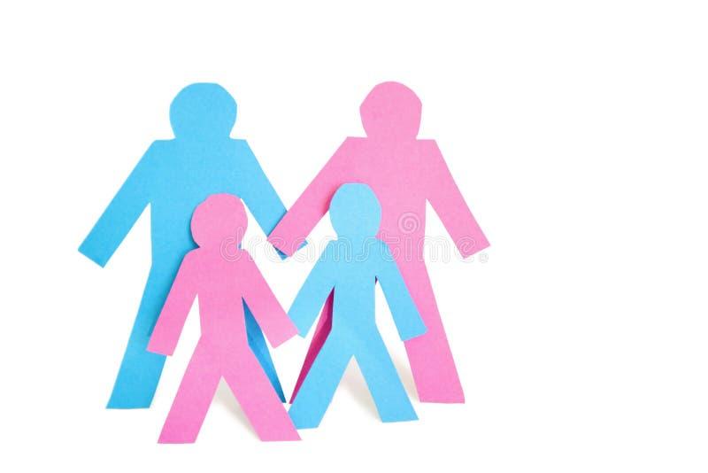 La imagen conceptual del papel cortó las salidas que representaban a la familia con dos niños sobre el fondo blanco imagen de archivo libre de regalías