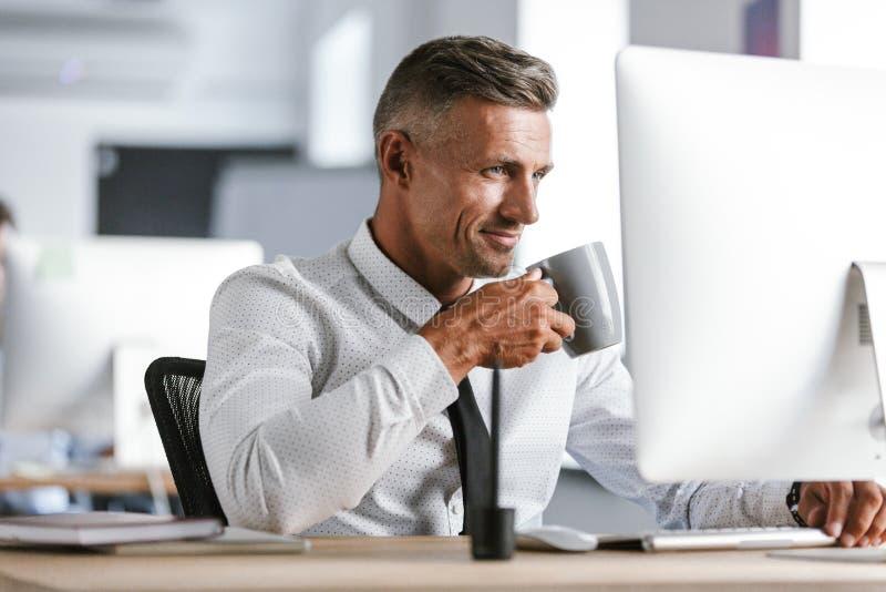 La imagen de la camisa blanca que lleva feliz del hombre de negocios 30s y el lazo beben imagen de archivo
