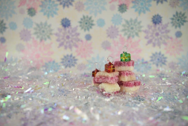La imagen de la fotografía de la comida de la Navidad del hielo de coco pasado de moda inglés trata con las actuales decoraciones imágenes de archivo libres de regalías