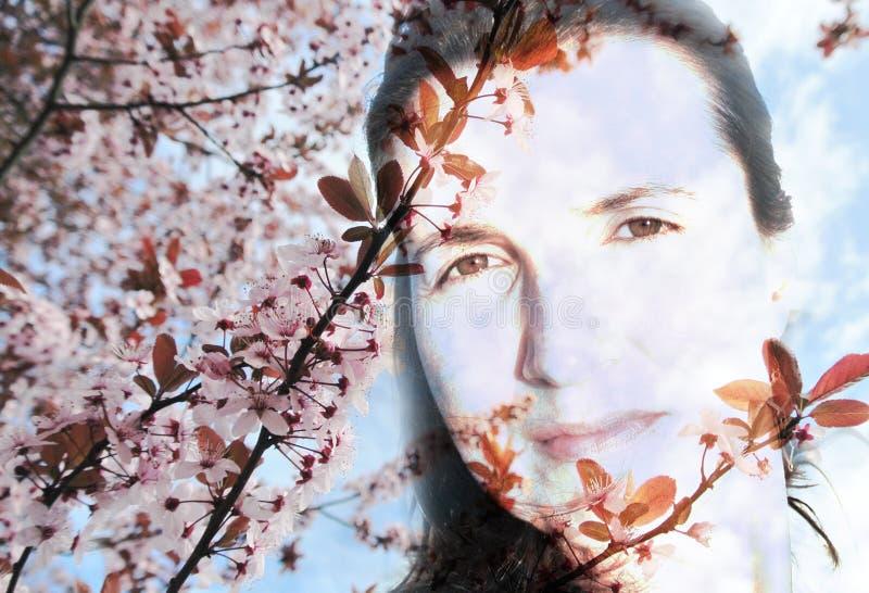 La imagen de la exposición doble de una mujer joven y de una primavera florece imagen de archivo libre de regalías