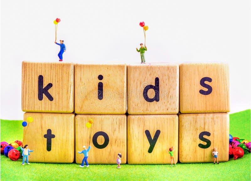 la imagen de la mini figura globo del control de las muñecas de los niños que juega en los juguetes corteja ilustración del vector