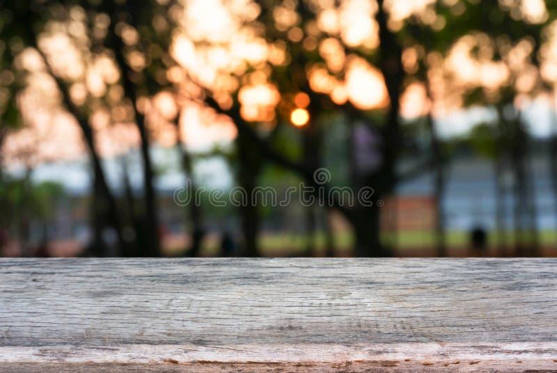 La imagen de la tabla de madera delante del extracto empañó el fondo imagen de archivo libre de regalías