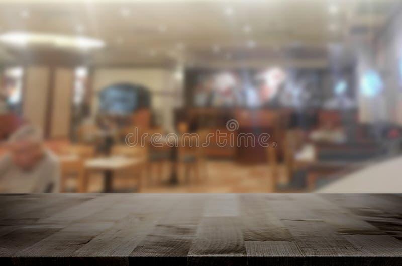 la imagen de la tabla de madera delante del extracto empañó el fondo de fotografía de archivo libre de regalías