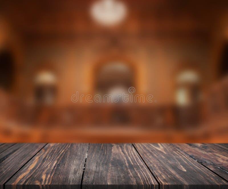 La imagen de la tabla de madera delante del extracto empañó el fondo del interior se pueden utilizar para la exhibición o el mont foto de archivo libre de regalías