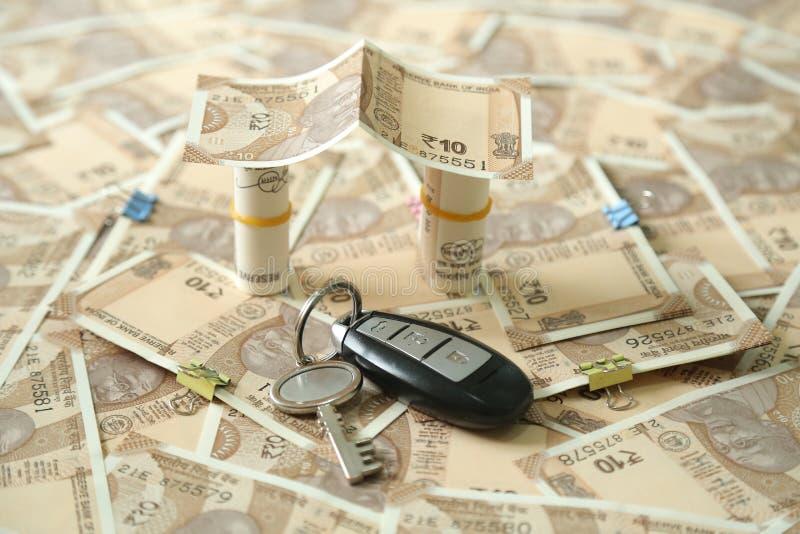 La imagen de la moneda india dispersada observa y rueda diseño y llave de la nota de la moneda de 10 rupias fotos de archivo libres de regalías
