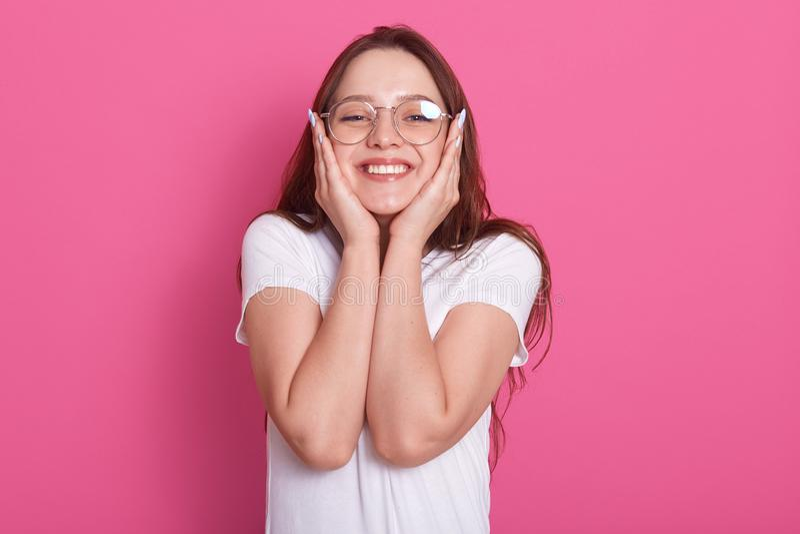 La imagen de la mujer joven feliz llenó de la esperanza y de la actitud positiva que miraban la cámara con sonrisa alegre y guard imagen de archivo libre de regalías