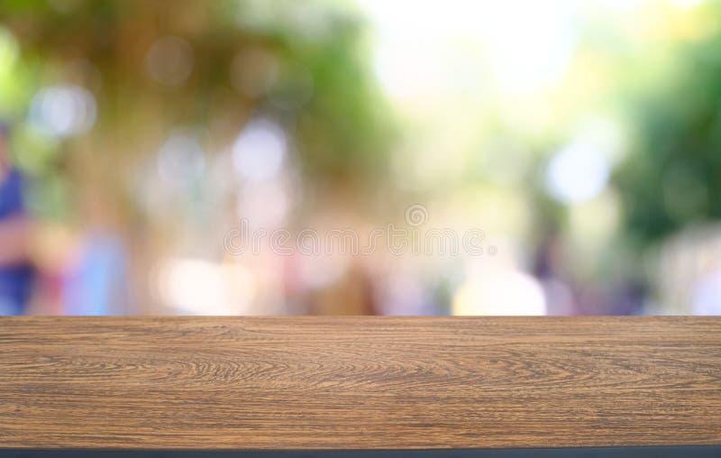 la imagen de la tabla de madera delante del extracto empañó el fondo de imagenes de archivo