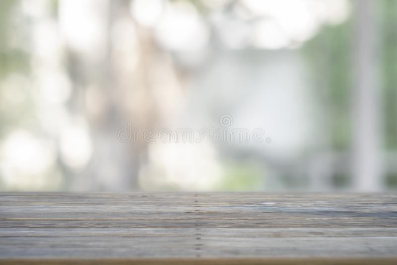 La imagen de la tabla de madera delante del extracto empañó el fondo fotos de archivo libres de regalías