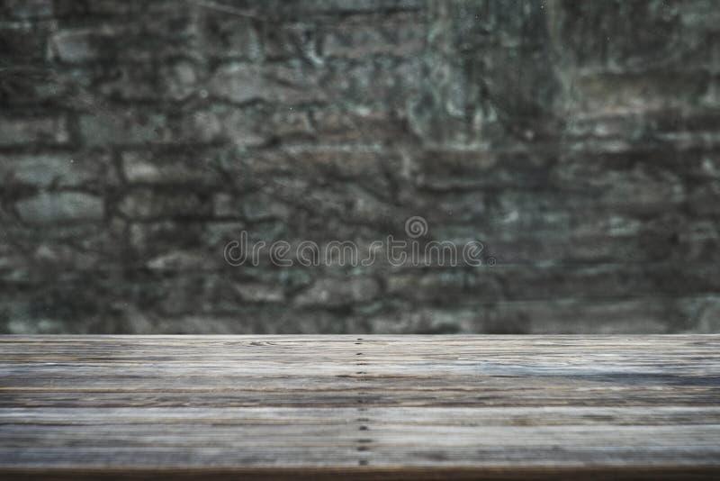 La imagen de la tabla de madera delante del extracto empa?? el fondo fotografía de archivo