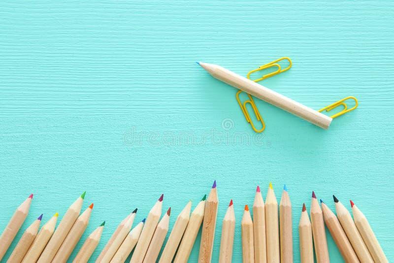 La imagen del concepto de la creatividad o piensa fuera de la caja lápiz y paperclips que forman un aeroplano, un trabajo en equi imagen de archivo libre de regalías