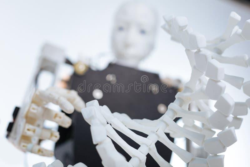 La imagen del genoma del robot y del plástico modela imagenes de archivo