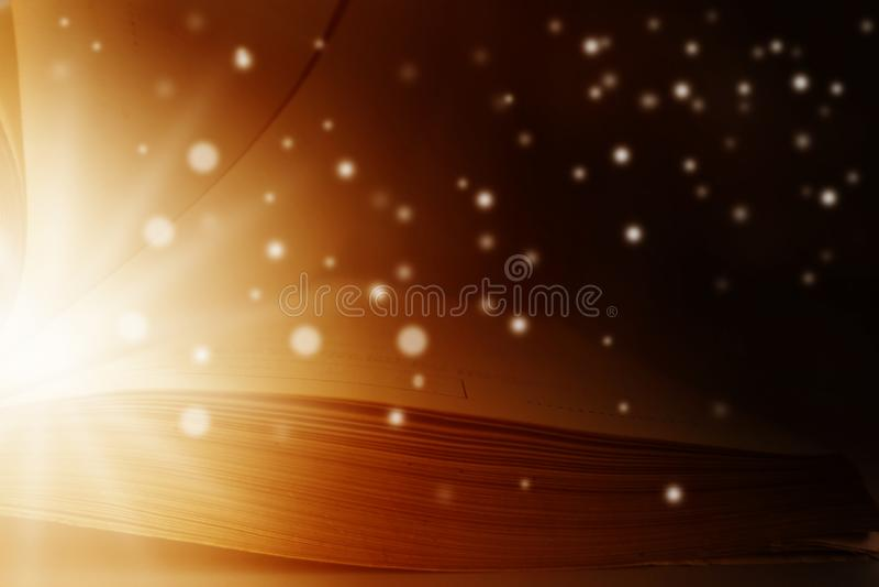 La imagen del libro mágico abierto con la estrella se enciende fotos de archivo