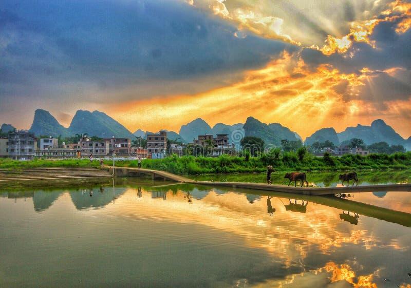 La imagen idílica en la puesta del sol fotos de archivo