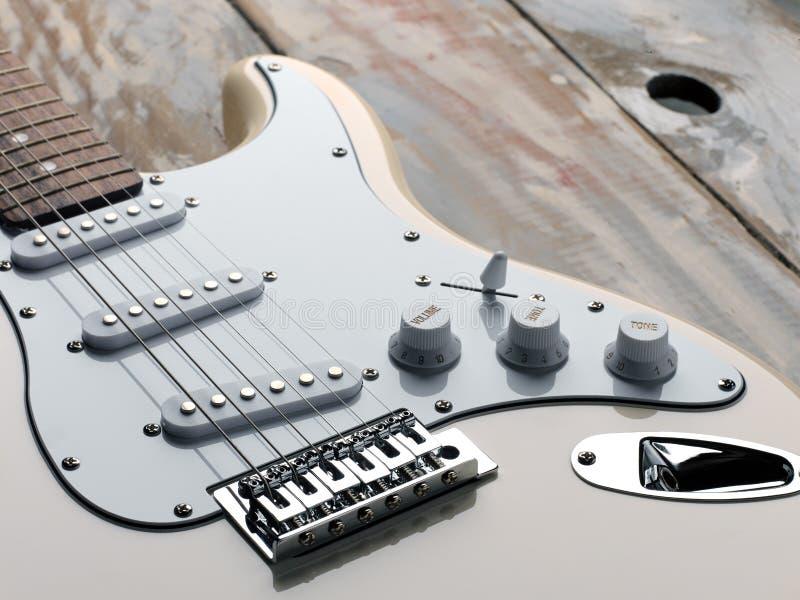 La imagen macra de una guitarra eléctrica blanca fotografía de archivo
