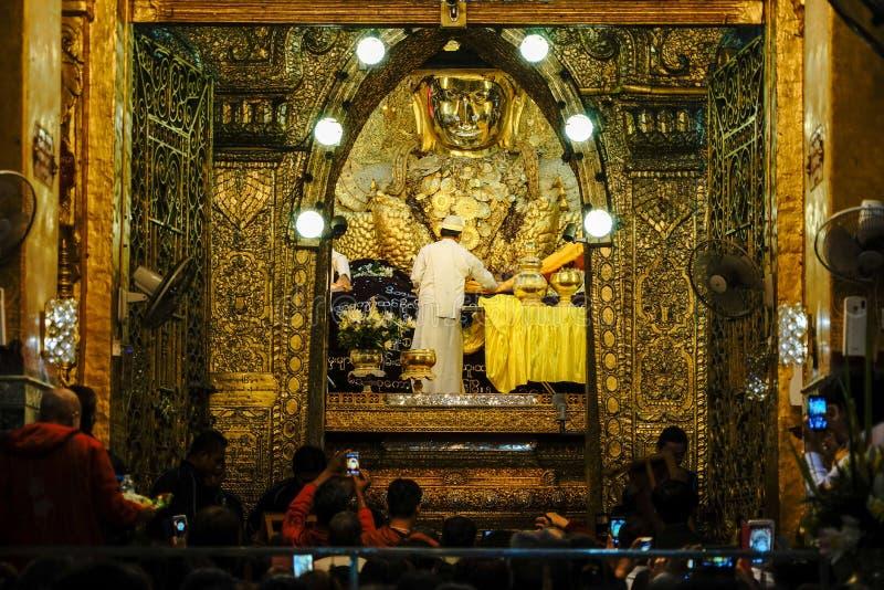 La imagen mayor de Mahamuni Buda del lavado del monje en el ritual de la cara de la imagen de Buda foto de archivo libre de regalías