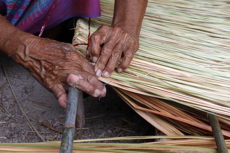 La imagen muestra cómo hacer un vetiver del panel para el tejado de la choza, artes del trabajo hecho a mano del vetiver del pane imagenes de archivo