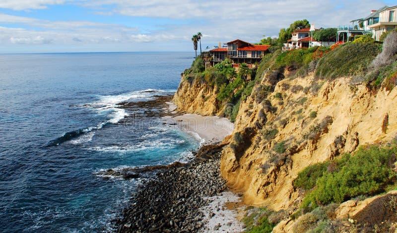 Hogares laterales del acantilado en el Laguna Beach, California. imagen de archivo