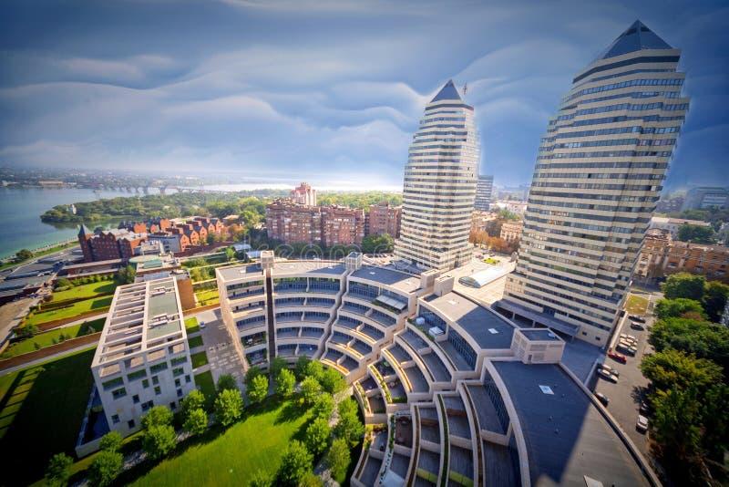La imagen, papeles pintados de la foto ajardina la ciudad Dnieper de la primavera de la visión superior fotos de archivo