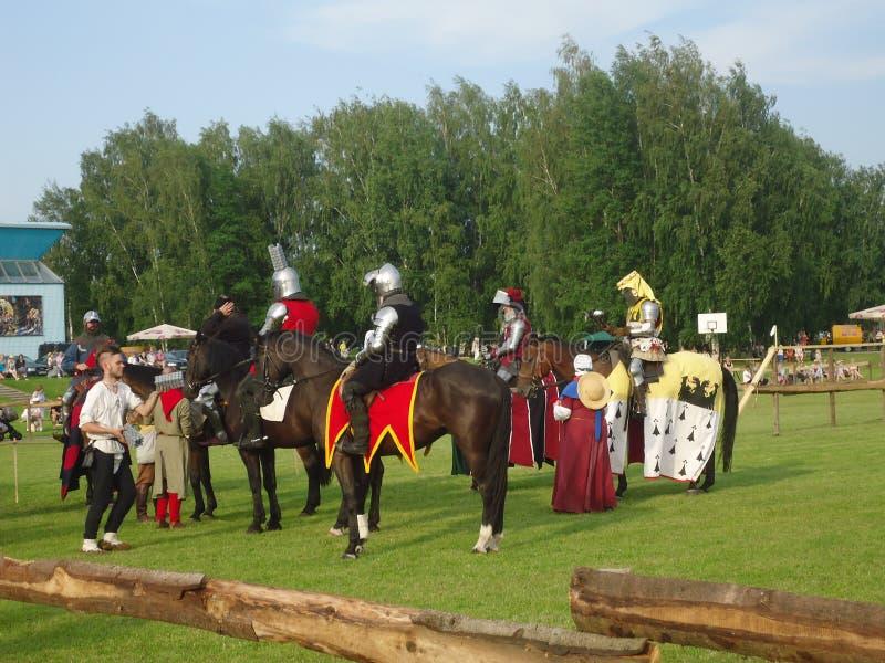 La imitación de Middleages lucha en el festival de Naisiai en Lituania foto de archivo