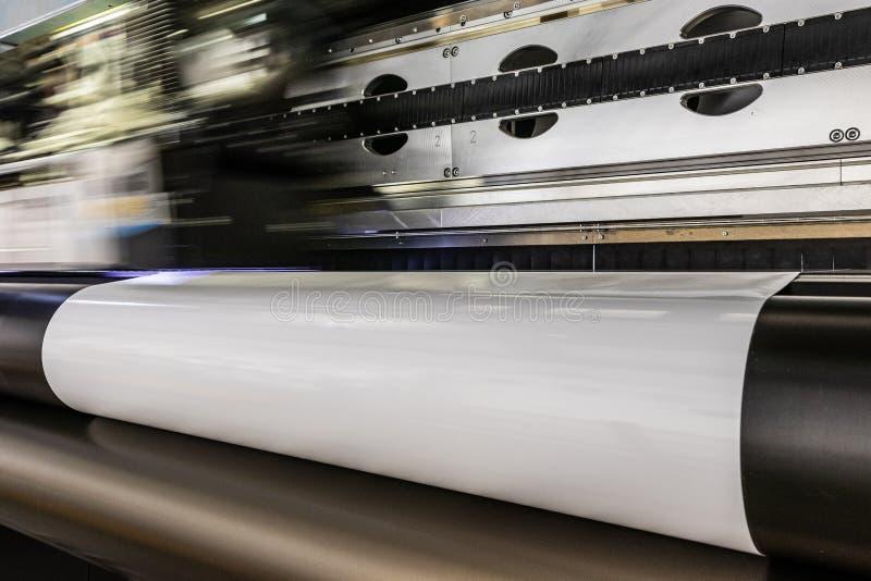 La impresora profesional grande, procesando el vinilo masivo rueda fotos de archivo