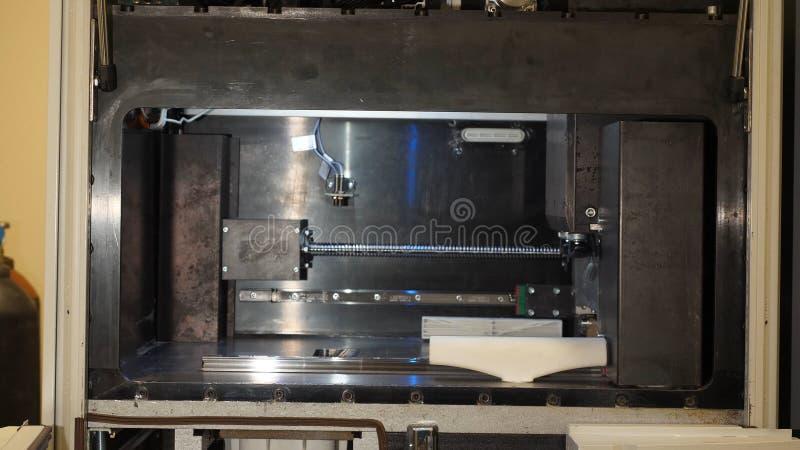 La impresora tridimensional automática 3d realiza la creación del producto Fabricación moderna de la impresión 3D o del añadido y fotos de archivo