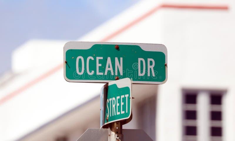 La impulsión del océano y la playa del sur firman la calle en la playa del sur la Florida de Miami fotos de archivo