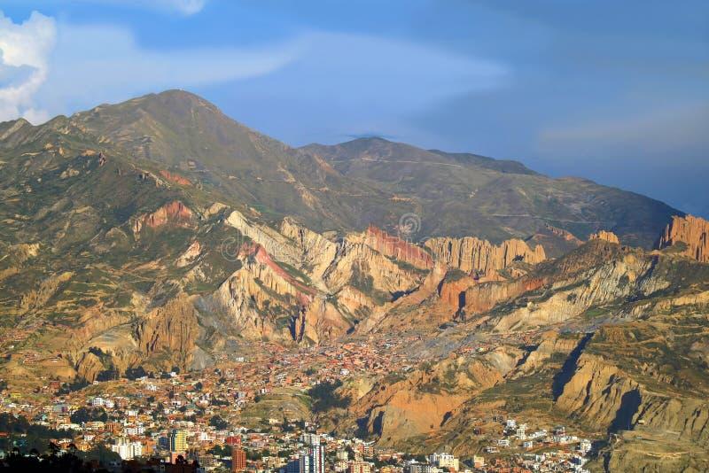 La increíble Paz Cityscape con la cordillera en el contexto, Bolivia, Suramérica imagen de archivo