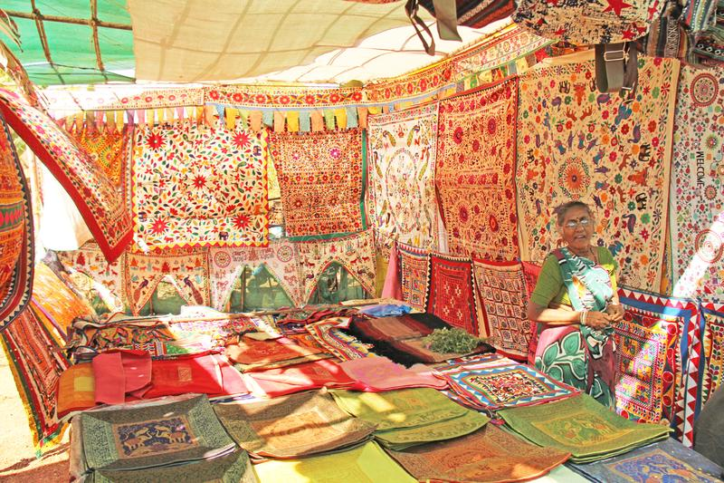 La India, Goa 24 de enero de 2018 Una mujer vende sus mercancías en el mercado fotografía de archivo