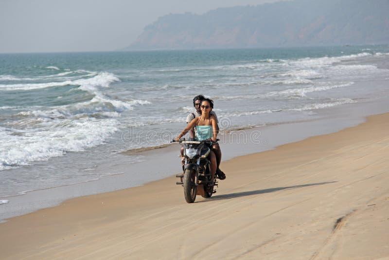 La India, GOA, el 22 de enero de 2018 Una muchacha y un individuo están montando una vespa a lo largo de la costa Scooter on the  fotografía de archivo