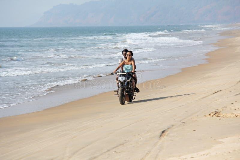 La India, GOA, el 22 de enero de 2018 Una muchacha y un individuo están montando una vespa a lo largo de la costa Scooter on the  fotos de archivo