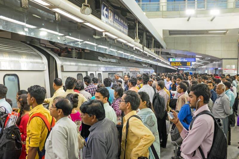 LA INDIA, NUEVA DELI - 5 DE ABRIL DE 2017: Viajeros que viajan en metro foto de archivo libre de regalías