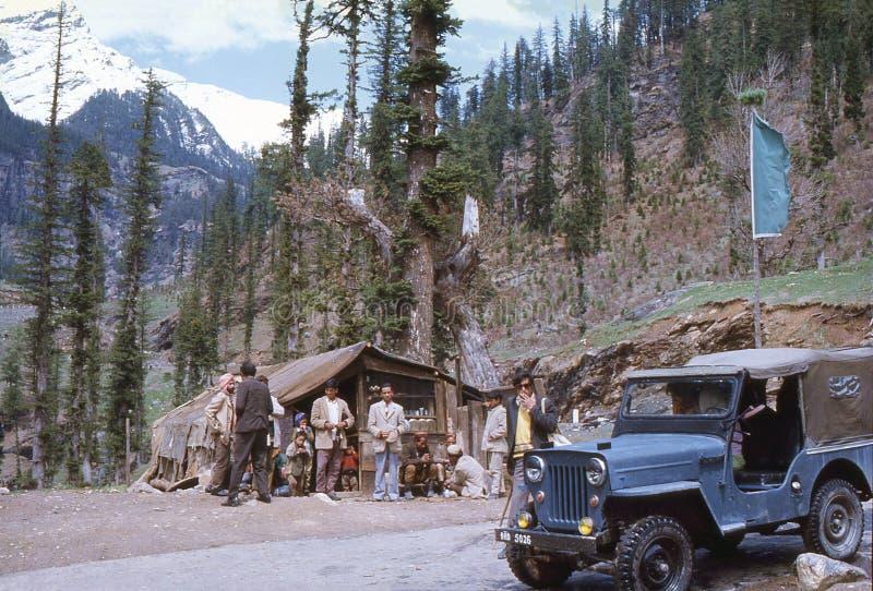 1977 La India Una pequeña té-tienda en la carretera de Leh-Manali fotos de archivo libres de regalías