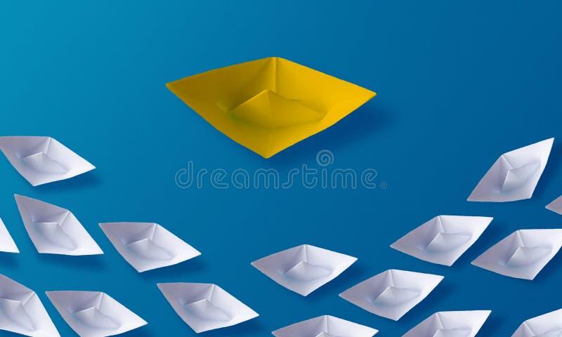 La individualidad sea diverso concepto, barco de papel de la papiroflexia amarilla y barcos blancos imagen de archivo