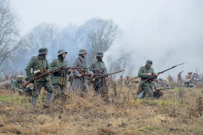 La infantería alemana durante el primer mundo viene bajo ataque Guerra civil del ` militar-histórico internacional del festival e fotos de archivo