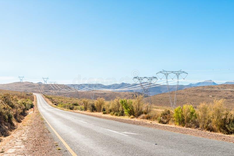 La infraestructura de la electricidad y el camino en medio Ceres y Touws imagen de archivo libre de regalías