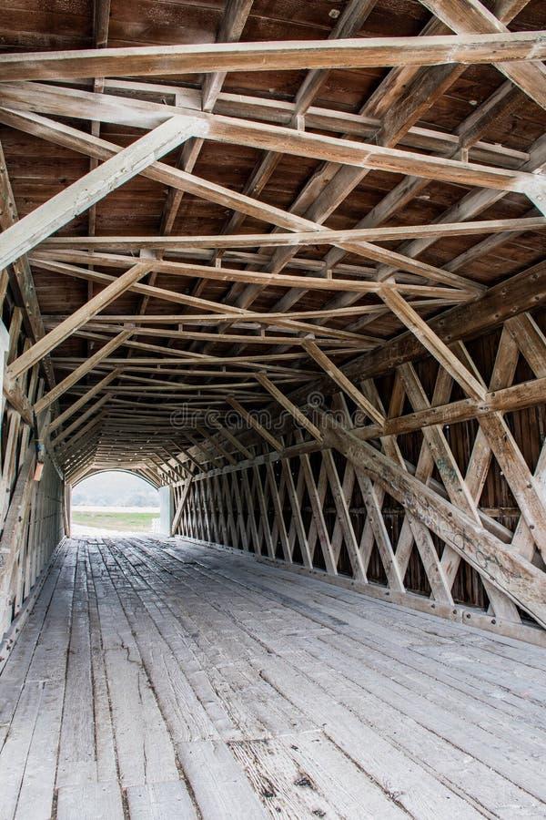 La infraestructura del enrejado del puente cubierto del Hogback icónico que atraviesa el río del norte, Winterset, Madison County fotos de archivo