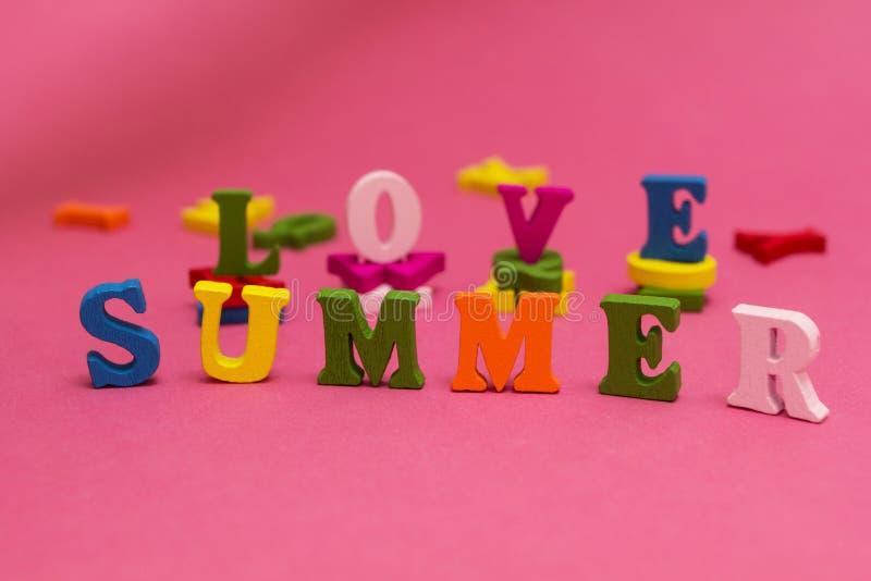 La inscripción 'amor, verano 'en un fondo rosado imágenes de archivo libres de regalías