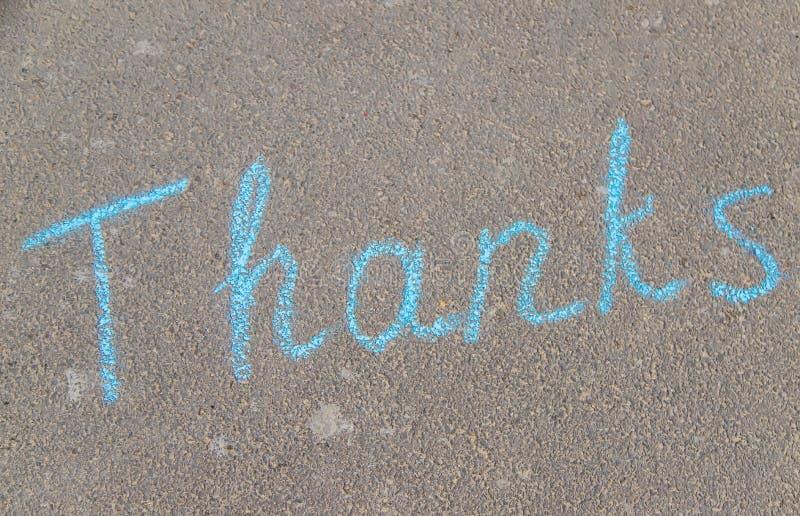 La inscripción gracias en tiza en el pavimento. Enfoque selectivo fotos de archivo libres de regalías