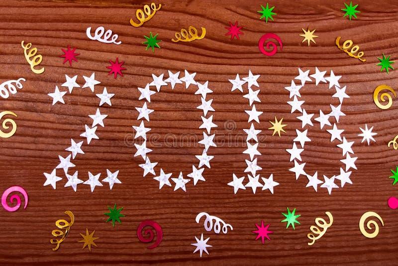 la inscripción 2018 protagoniza en el fondo de madera, decoración de la Navidad, la Navidad, Año Nuevo, dos mil dieciocho, backg  imágenes de archivo libres de regalías