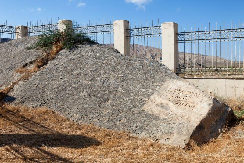 La inscripción romana en el parque de Qobustan de petroglifos prehistóricos acerca al mar Caspio roca dejada de Roman Impire imagen de archivo libre de regalías