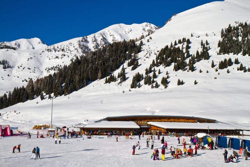 La instalación del esquí imagen de archivo