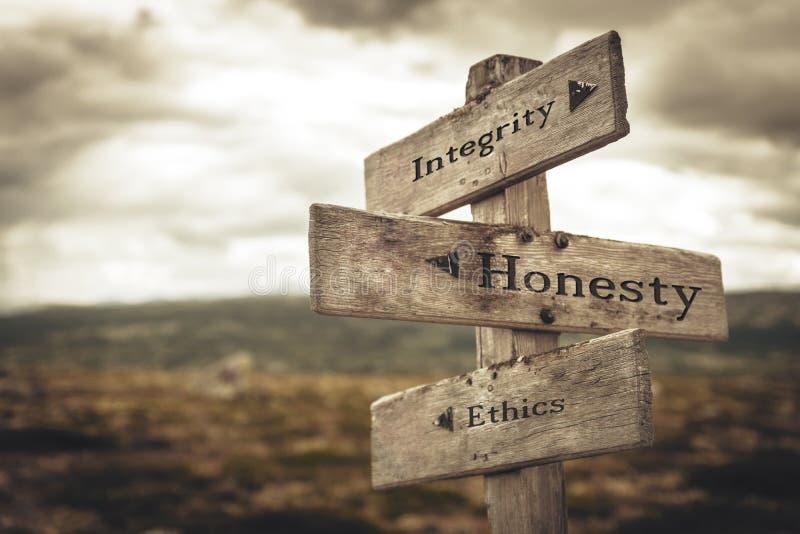 La integridad, la honradez y los éticas señalizan en naturaleza imágenes de archivo libres de regalías