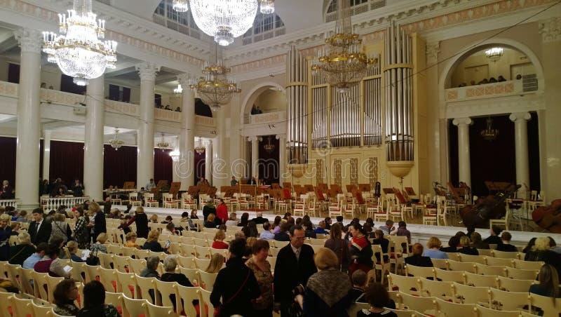 La interrupción en un pasillo hermoso grande del filarmónico de D Shostakovich en St Petersburg con los visitantes imagenes de archivo