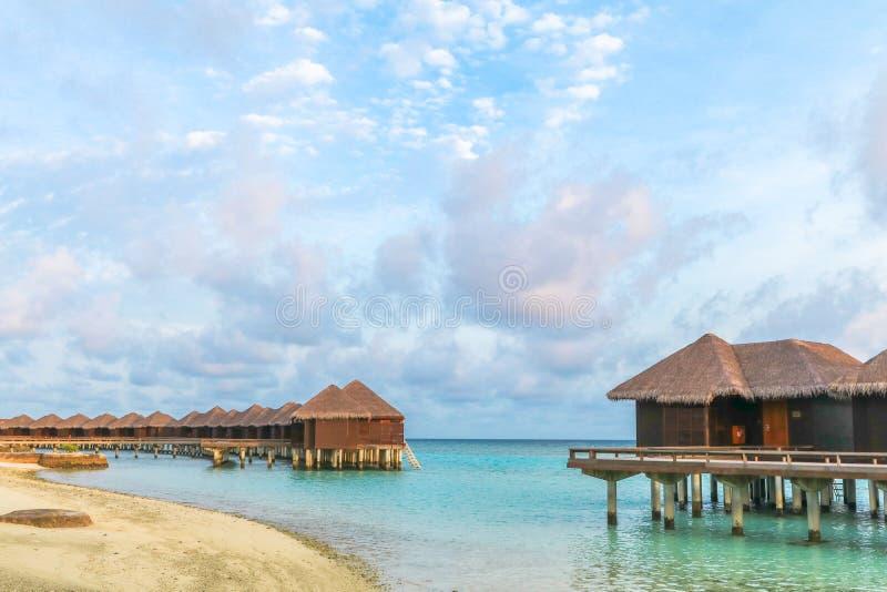 La isla asombrosa en los Maldivas, las aguas hermosas de la turquesa y la playa arenosa blanca con el fondo del cielo azul para e fotos de archivo