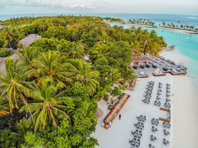 La isla asombrosa en los Maldivas, las aguas hermosas de la turquesa y la playa arenosa blanca con el fondo del cielo azul para e imagen de archivo libre de regalías